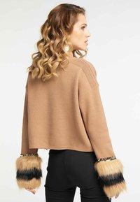 faina - Stickad tröja - kamel - 2
