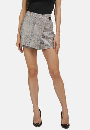 MIT SCHLANGENMUSTER - Shorts - grey