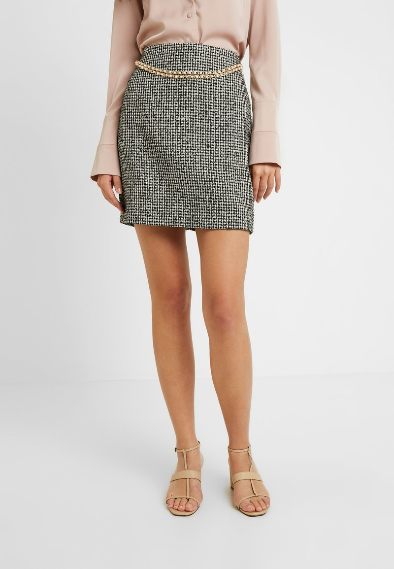 Fashion Union Tall - DELENA SKIRT FASHION UNION CHECK SKIRT WITH CHAIN BELT - Minijupe - black/white