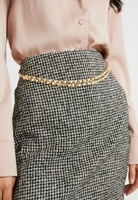 Fashion Union Tall - DELENA SKIRT FASHION UNION CHECK SKIRT WITH CHAIN BELT - Minijupe - black/white - 4