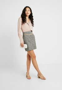 Fashion Union Tall - DELENA SKIRT FASHION UNION CHECK SKIRT WITH CHAIN BELT - Minijupe - black/white - 1