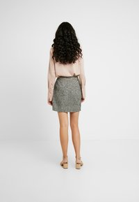 Fashion Union Tall - DELENA SKIRT FASHION UNION CHECK SKIRT WITH CHAIN BELT - Minijupe - black/white - 2