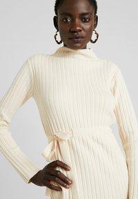 Fashion Union Tall - SPECIES - Strickkleid - oatmeal - 4
