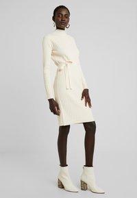 Fashion Union Tall - SPECIES - Strickkleid - oatmeal - 0