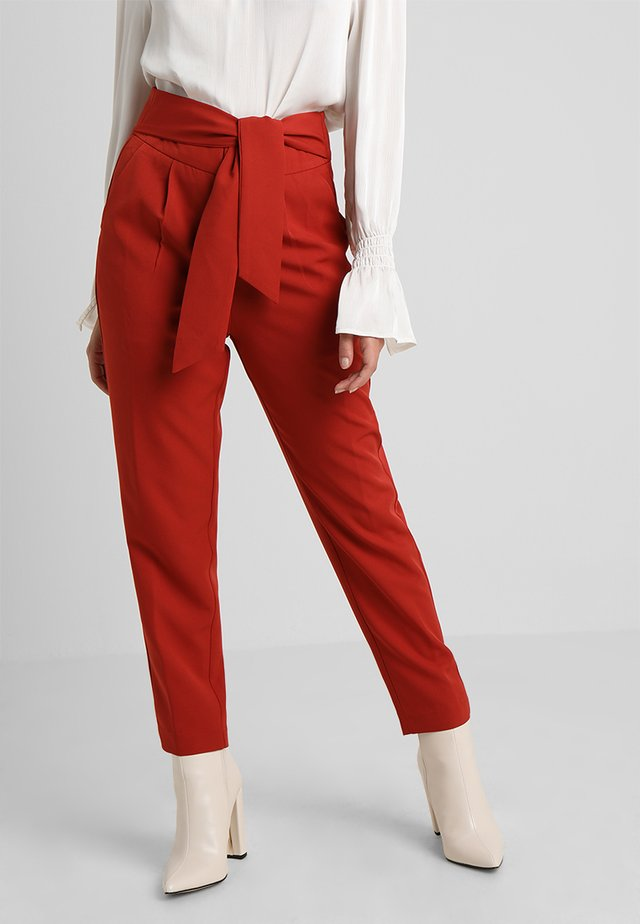 MISON BELTED TAPERED TROUSER WITH TIE FRONT - Kangashousut - rust