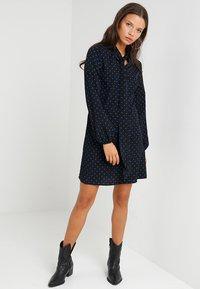 Fashion Union Petite - Robe d'été - black/blue - 1