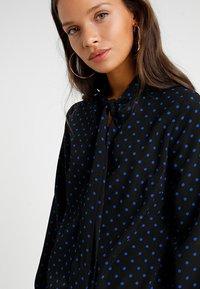 Fashion Union Petite - Robe d'été - black/blue - 4