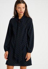 Fashion Union Petite - Robe d'été - black/blue - 0