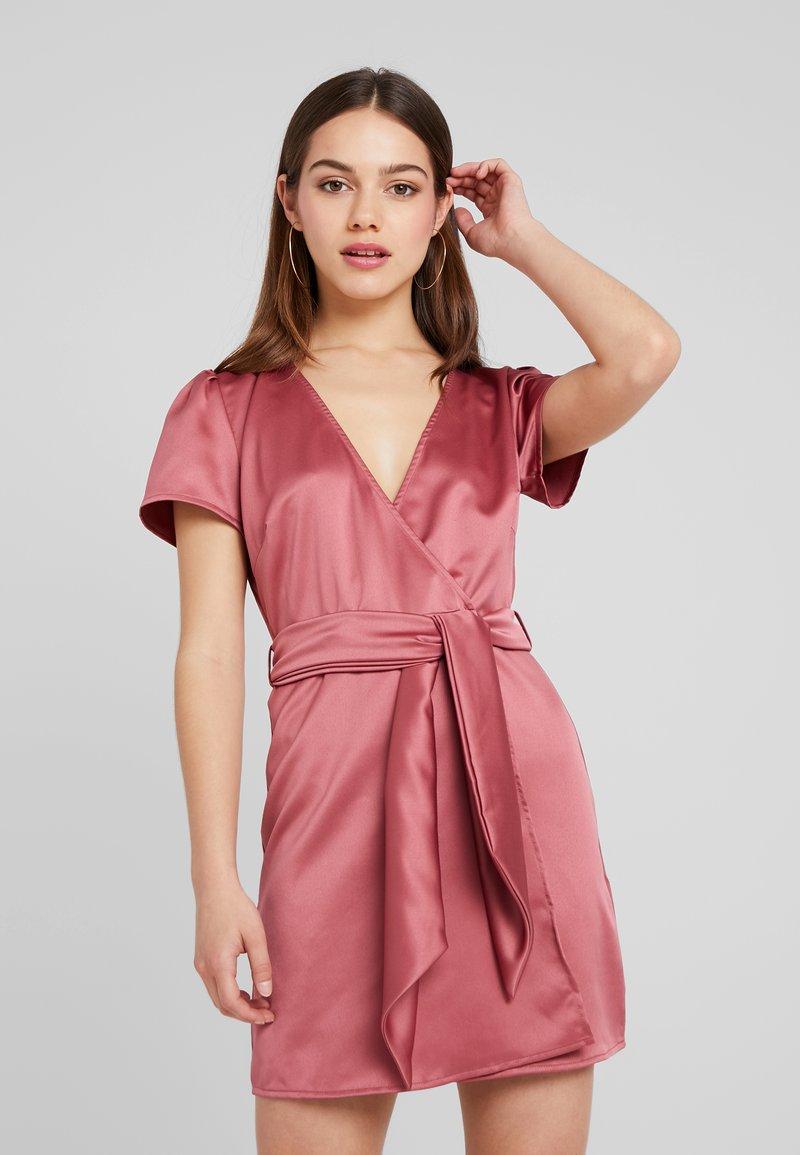 Fashion Union Petite - WRAP DRESS WITH WAIST - Vestido de cóctel - pink