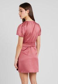 Fashion Union Petite - WRAP DRESS WITH WAIST - Vestido de cóctel - pink - 2