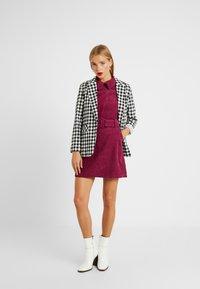 Fashion Union Petite - RIO FASHION UNION BELTED MINI DRESS - Vestido informal - cranberry - 2