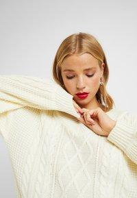 Fashion Union Petite - QUINCE CABLE MINI DRESS - Sukienka dzianinowa - cream - 5