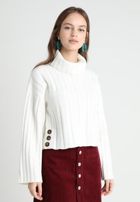 Fashion Union Petite - RHEAS ROLL NECK JUMPER WITH BUTTON SIDE DETAIL - Sweter - white - 0