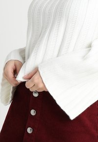 Fashion Union Petite - RHEAS ROLL NECK JUMPER WITH BUTTON SIDE DETAIL - Sweter - white - 3