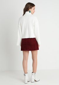 Fashion Union Petite - RHEAS ROLL NECK JUMPER WITH BUTTON SIDE DETAIL - Sweter - white - 2
