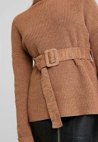 Fashion Union Petite - HOVEA - Sweter - chocolate - 5
