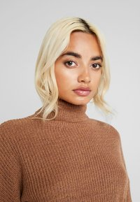 Fashion Union Petite - HOVEA - Sweter - chocolate - 3