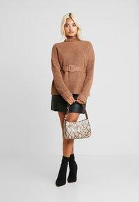 Fashion Union Petite - HOVEA - Sweter - chocolate - 1