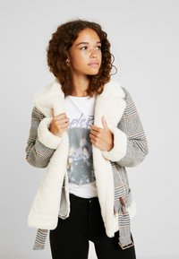 Fashion Union Petite - CHECK AVAITOR WITH COLLAR - Chaqueta de invierno - white/grey - 0