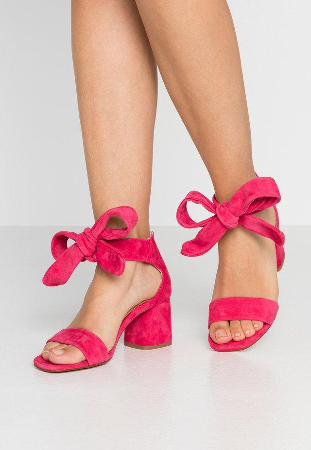 SELENE  - Sandaalit nilkkaremmillä - pinata pink