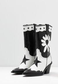 Fabienne Chapot - DOLLY HIGH SPECIAL  - Cowboy/Biker boots - black/white - 4