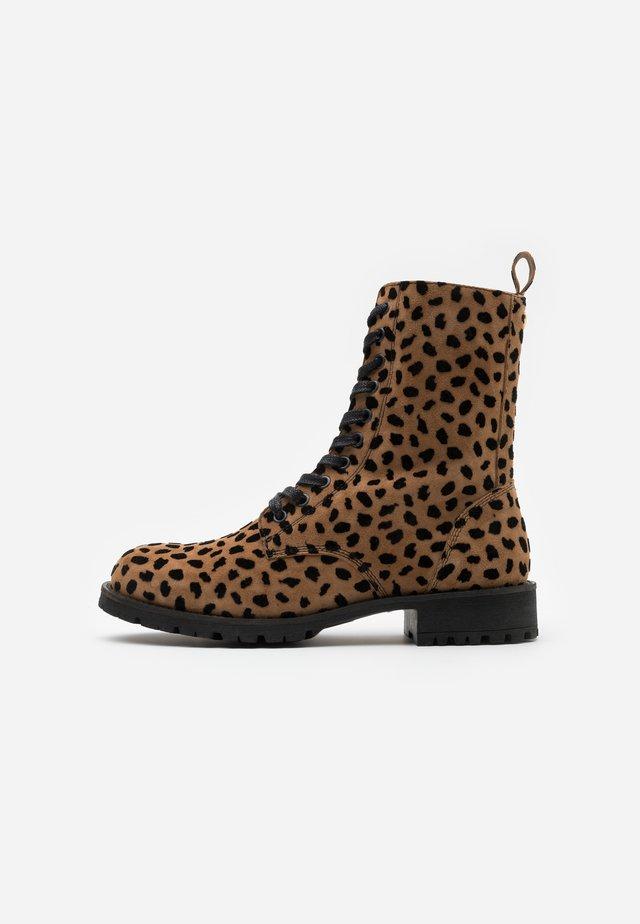 AMY HAIRY BOOT - Šněrovací kotníkové boty - camel/black