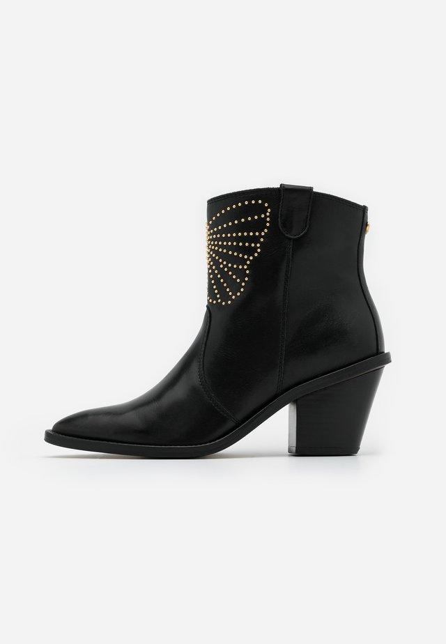 DOLLY ZIPPER BUTTERFLY BOOT - Kotníkové boty - black