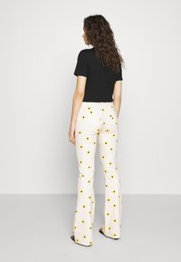 Fabienne Chapot - EVA FLARE TROUSERS - Bootcut jeans - white/yellow - 2