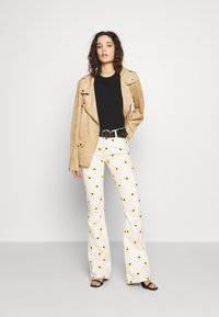 Fabienne Chapot - EVA FLARE TROUSERS - Bootcut jeans - white/yellow - 1
