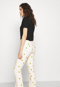 Fabienne Chapot - EVA FLARE TROUSERS - Bootcut jeans - white/yellow - 3