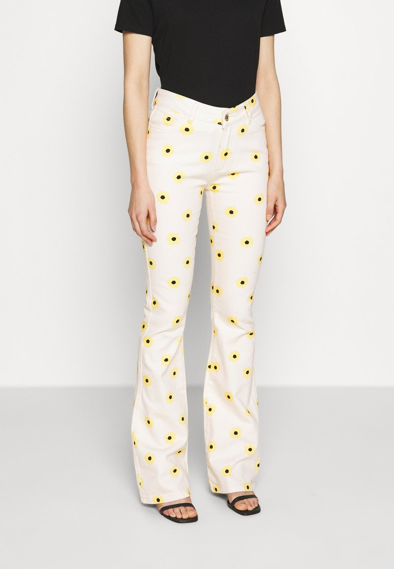 Fabienne Chapot - EVA FLARE TROUSERS - Bootcut jeans - white/yellow