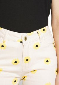 Fabienne Chapot - EVA FLARE TROUSERS - Bootcut jeans - white/yellow - 4