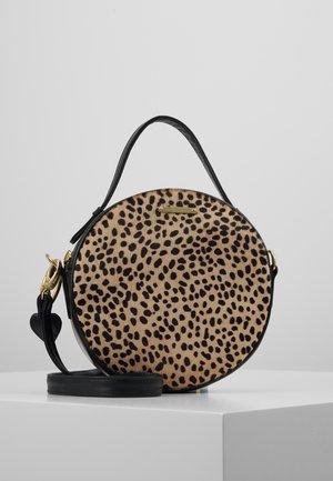 ROUNDY BAG - Käsilaukku - camel/black