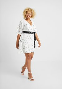 Fashion Union Plus - WRAP DRESS WITH CONTRAST PRINT WAIST TIE - Denní šaty - white