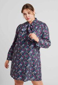 Fashion Union Plus - HIGH NECK DRESS WITH NECK TIE - Freizeitkleid - vintage meadow - 0