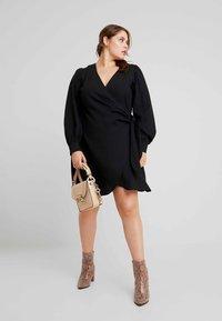 Fashion Union Plus - V NECK MIDI DRESS WITH SIDE KNOT - Denní šaty - black - 2
