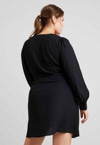 Fashion Union Plus - V NECK MIDI DRESS WITH SIDE KNOT - Denní šaty - black - 3