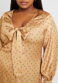 Fashion Union Plus - PRINT BOW FRONT SKATER DRESS - Robe d'été - gold - 5
