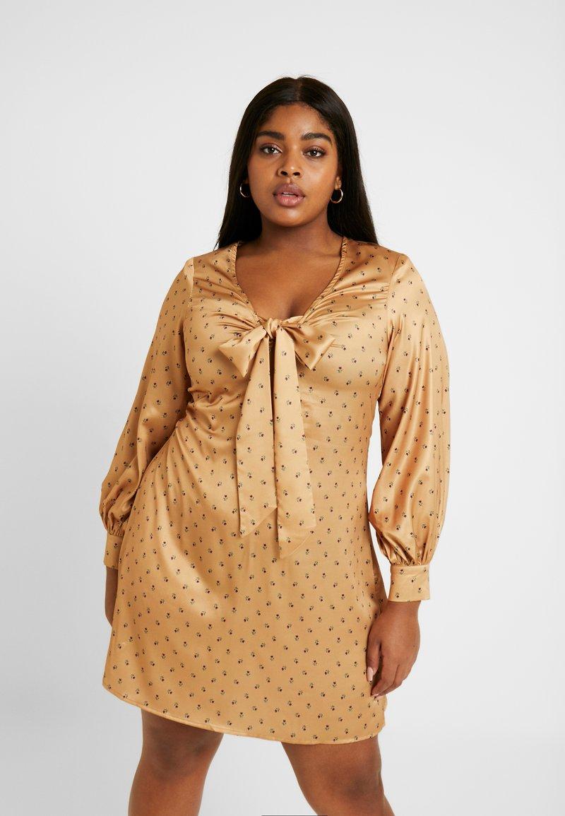 Fashion Union Plus - PRINT BOW FRONT SKATER DRESS - Robe d'été - gold