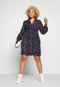 Fashion Union Plus - FLORAL BUTTON THROUGH DRESS WITH WAIST TIE - Vapaa-ajan mekko - black base purple floral - 1