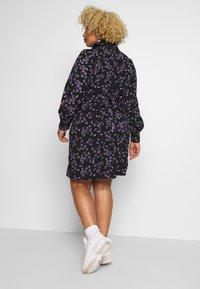 Fashion Union Plus - FLORAL BUTTON THROUGH DRESS WITH WAIST TIE - Vapaa-ajan mekko - black base purple floral - 2