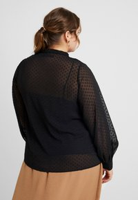 Fashion Union Plus - PUSSYBOW WITH CUT OUT FRONT - Camicetta - black dobby - 2