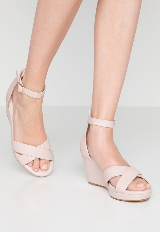 WIDE FIT WUST - Sandalen met plateauzool - natural