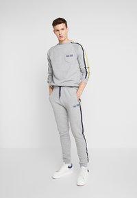 FAKTOR - AIM - Teplákové kalhoty - grey - 1