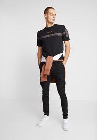 FAKTOR - BRANDO  - Cargo trousers - black - 1