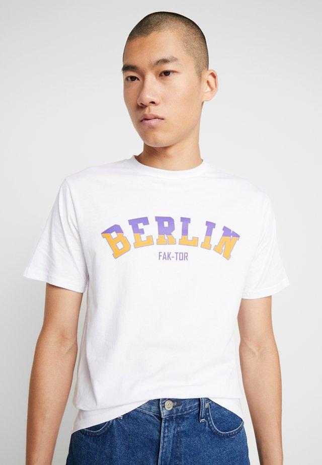LOGAN TEE - Print T-shirt - white