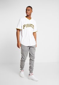 Fanatics - MLB PITTSBURGH PIRATES MAJESTIC COOL BASE HOME  - T-shirt imprimé - white