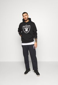 Fanatics - NFL OAKLAND RAIDERS ICONIC PRIMARY LOGO GRAPHIC HOODIE - Hoodie - black - 1