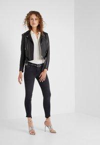 Frame Denim - DE JEANNE CROP RELEASED CUT HEM - Jeans Skinny Fit - micoy - 1