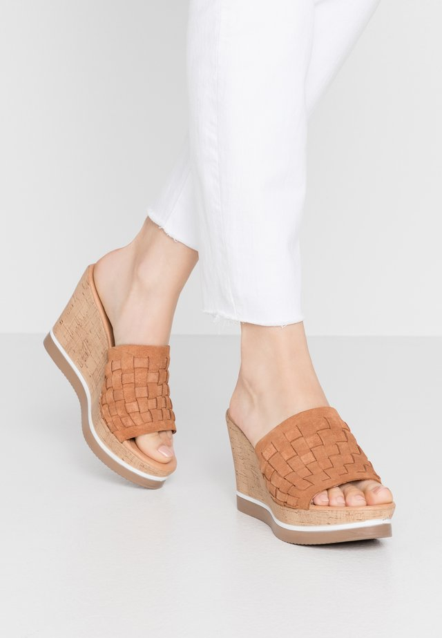 MARY - Pantofle na podpatku - cognac